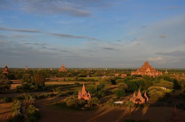 仏塔の長い影