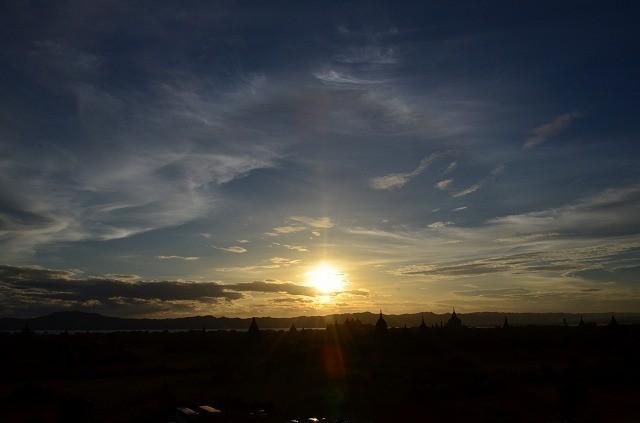 エーヤワディー川の向こうへ沈む夕日