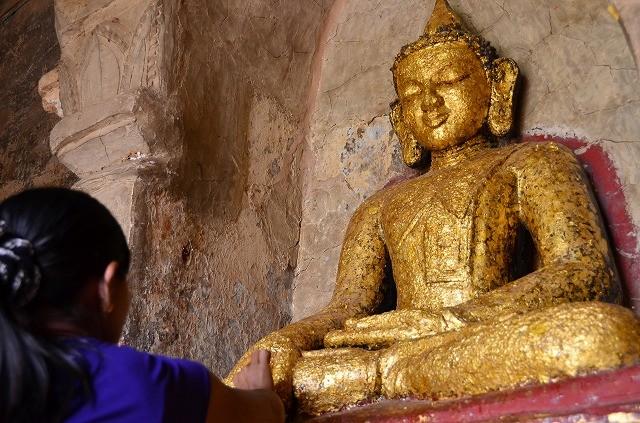 タビィニュ寺院の仏像