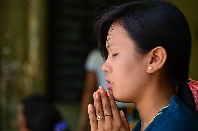 ブー・パヤーで祈る女性