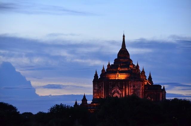 ライトアップされたスラマニ寺院