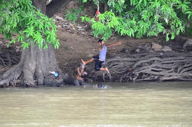 川沿いの子供