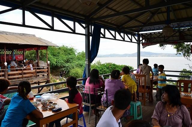 エーヤワディー川沿いのレストラン