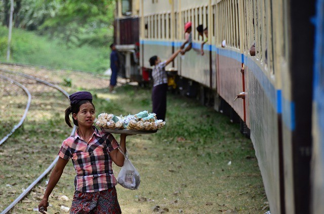 ミャンマー鉄道の物売り
