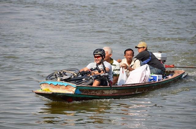 自転車を積んでチャオプラヤーを渡るボート